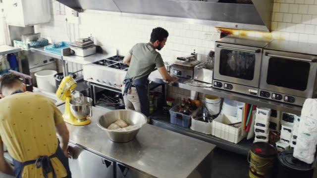 笑顔でお客様にサービスを提供 - 外食産業関係の職業点の映像素材/bロール