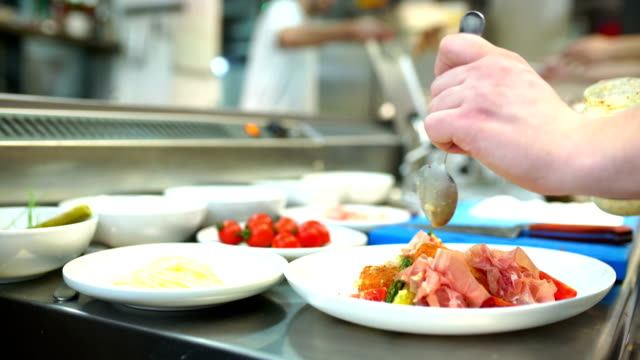 vídeos de stock, filmes e b-roll de servindo comida em um restaurante de cozinha. - cozinha comercial