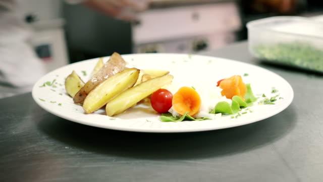 vídeos y material grabado en eventos de stock de comida en plato - decoración objeto