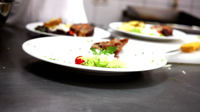 serving food on plate - piatto stoviglie video stock e b–roll