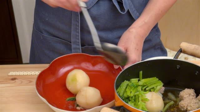 serving japanese dish - お玉点の映像素材/bロール