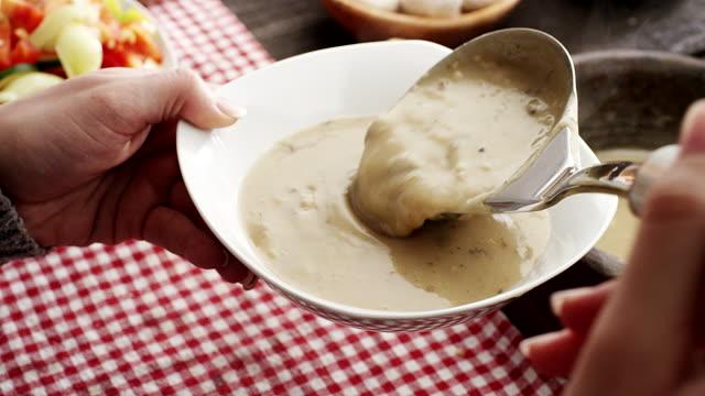 vídeos de stock e filmes b-roll de sopa de serviço - concha utensílio de servir