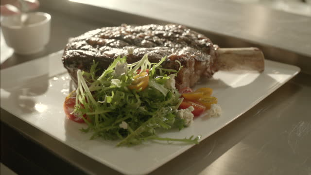 stockvideo's en b-roll-footage met serving steak with salad - frische