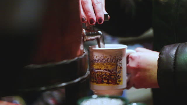 """Serving """"vin brule"""" or mulled wine in Italy's Christmas market"""