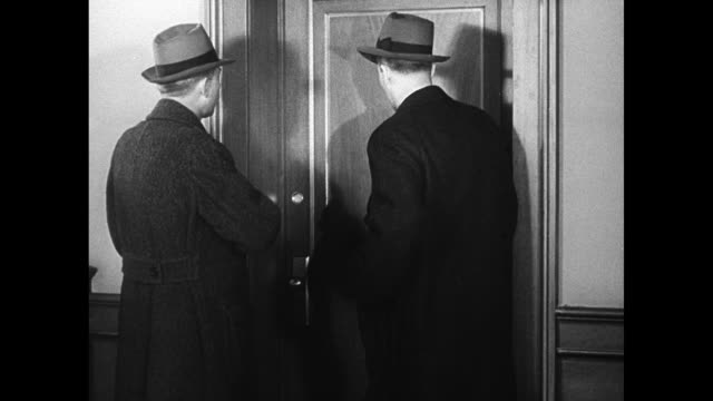 vídeos de stock e filmes b-roll de serving warrant: two fbi agents walking up to door 6a, man answering door saying 'george wyeth' away for few days, fbi badge, two agents going into... - fbi