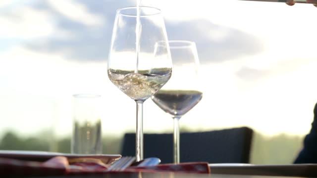 vídeos de stock e filmes b-roll de servindo vinho branco - copo