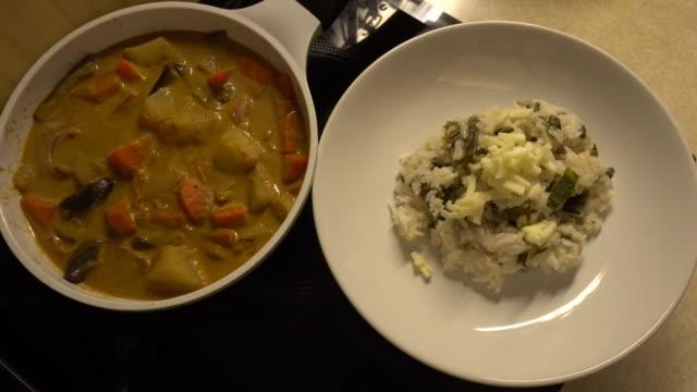 ご飯に黄色野菜カレーチーズを提供する 7 - カレー料理点の映像素材/bロール