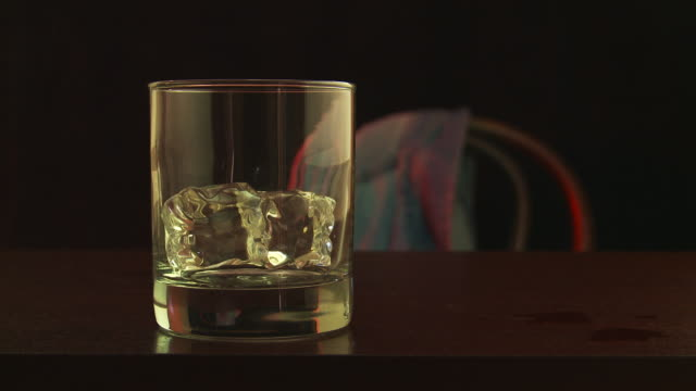 vidéos et rushes de set 'em up joe, whiskey pour, drink - whisky