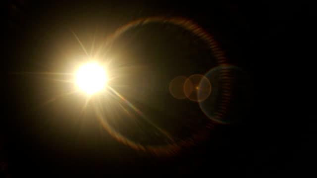 set von pulsierenden sonnenstrahl und licht leckt filmeffekt auf schwarzem hintergrund - spotlight stock-videos und b-roll-filmmaterial