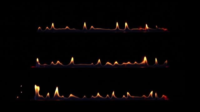 vídeos de stock, filmes e b-roll de jogo de três beiras da flama do incêndio isoladas no preto. 4k uhd. - part of a series