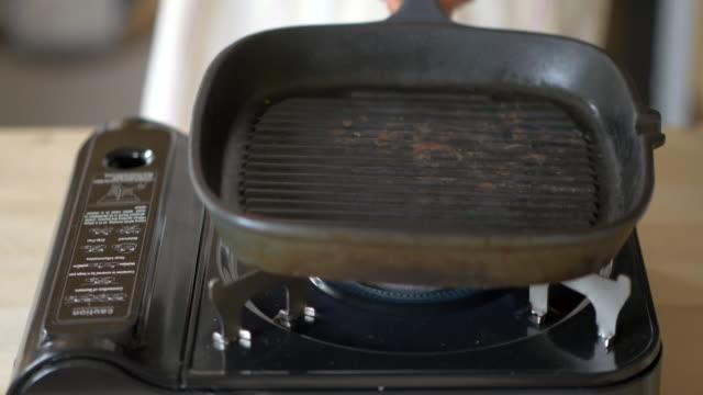 set up griddle pan