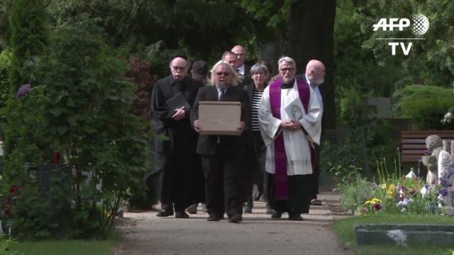 Setenta anos despues de la Segunda Guerra Mundial Alemania enterro restos de victimas ejecutadas por el regimen nazi y que fueron ademas utilizados...