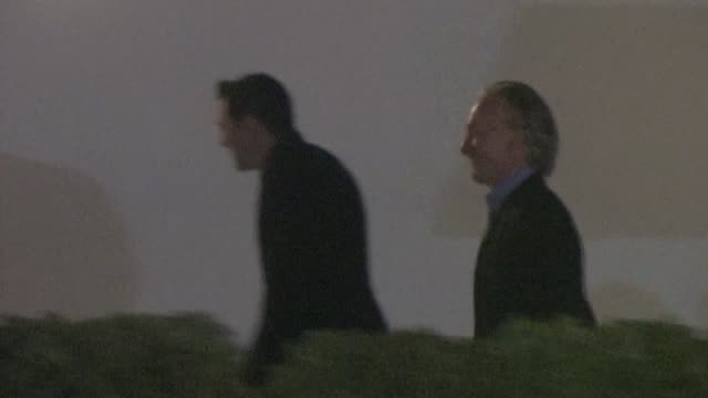 seth macfarlane bill maher arrives at bryan lourd pre oscar party in bel air ca 02/24/12 - oscar party stock-videos und b-roll-filmmaterial