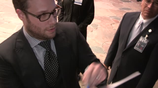 seth rogen greet fans at the guilt trip premiere in westwood 12/11/12 - ウェストウッド地区点の映像素材/bロール