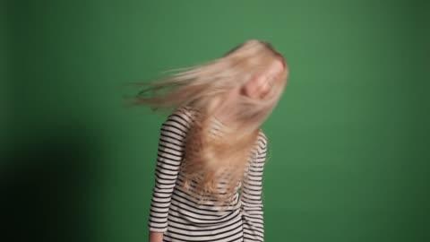 vídeos y material grabado en eventos de stock de establecer su cabello libre - 18 19 años