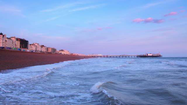 ブライトンの海岸沿いに日光を設定 - ブライトン パレスピア点の映像素材/bロール