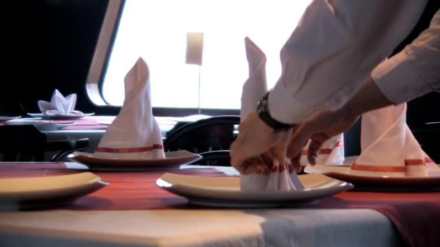 vídeos de stock, filmes e b-roll de pôr a mesa - ambiente evento