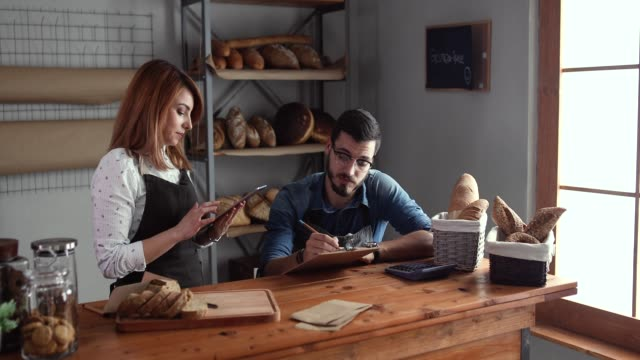 stockvideo's en b-roll-footage met hun boodschappenlijstje met hulp van internet instellen - bakkerij