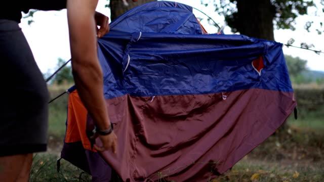 自然の中のキャンプを設定します。 - 寝袋点の映像素材/bロール
