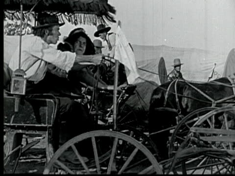 vidéos et rushes de 1925 b/w montage ms ws ecu cu ha settlers starting racing during land rush in 1889, military officer holding pocket watch, signaling beginning to soldiers firing cannon, man staying in corral / santa clarita, california, usa - ouest américain