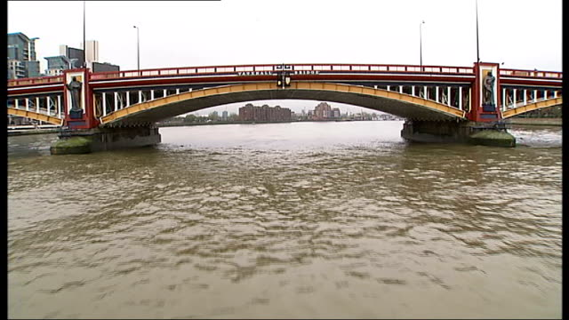 vídeos de stock, filmes e b-roll de seven london bridges receive listed status; boat travelling away from lambeth bridge / boat along river and passing under vauxhall bridge / statues... - enviesado