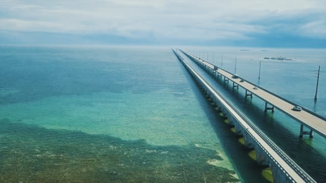 vídeos de stock e filmes b-roll de seven mile bridge in florida keys - estados da costa do golfo