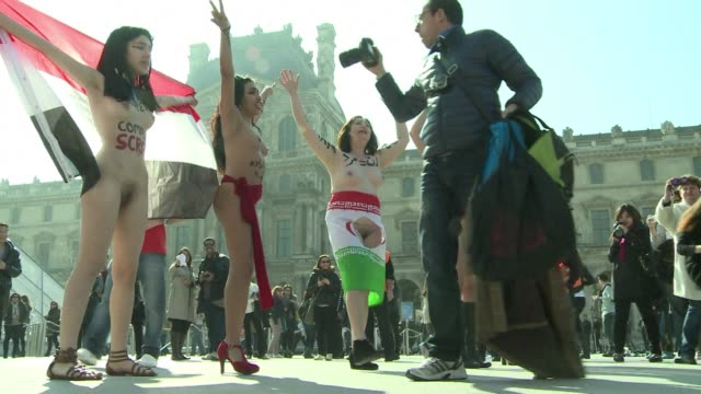 vídeos de stock, filmes e b-roll de seven women on saturday stripped naked in front of the louvre museum in paris to fight for women rights in the arab and muslim world on international... - nu