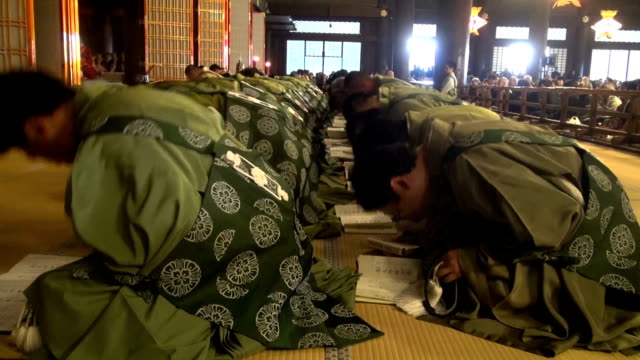 "vidéos et rushes de seventy seated buddhist monks intoned ""nenbutsu"" prayers and ""wasan"" hymns while swaying their bodies in unison during the annual memorial service at... - buddhism"
