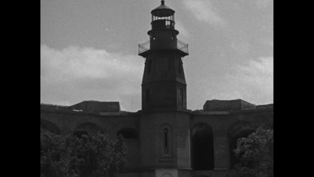 vídeos de stock e filmes b-roll de several aerials of fort jefferson at the end of the florida keys / a building with a crumbling roof / the loggerhead lighthouse stands above the fort... - exército da união