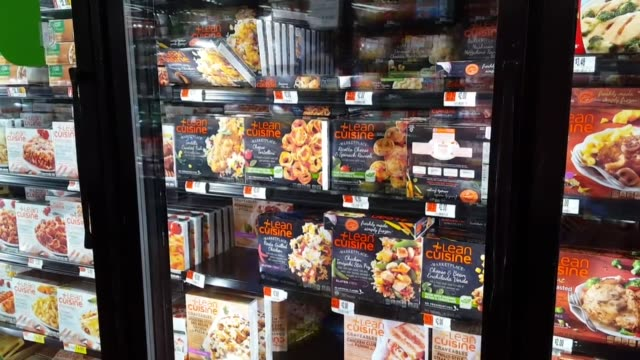several clips of recalled food products including digiorno pizzas and lean cuisine frozen meals at a local grocery store nestle usa is voluntarily... - eingefroren stock-videos und b-roll-filmmaterial