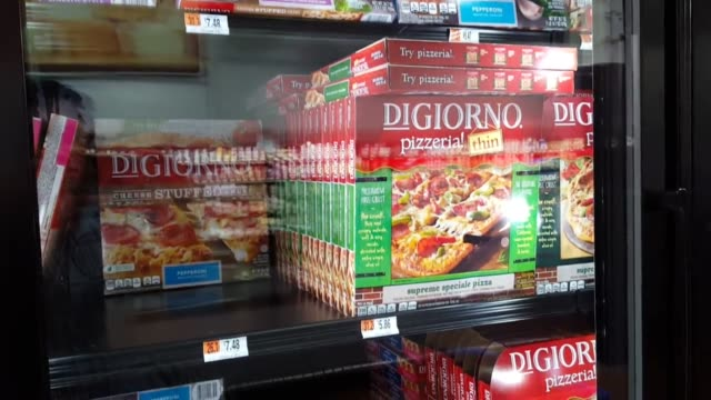 several clips of recalled food products, including digiorno pizzas and lean cuisine frozen meals at a local grocery store. nestle usa is voluntarily... - eingefroren stock-videos und b-roll-filmmaterial