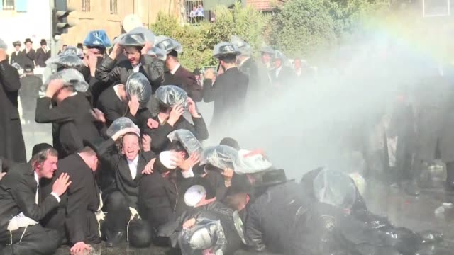 stockvideo's en b-roll-footage met several hundred ultra orthodox jews demonstrated in jerusalem on sunday to protest against a court ruling that could require them to serve in the... - orthodox jodendom