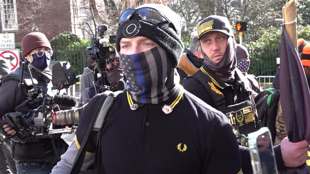 vídeos y material grabado en eventos de stock de several members of the proud boys, boogaloo boys, militia iiiers and new black panther party gathered at the state capitol on lobby day carrying guns... - virginia estado de los eeuu