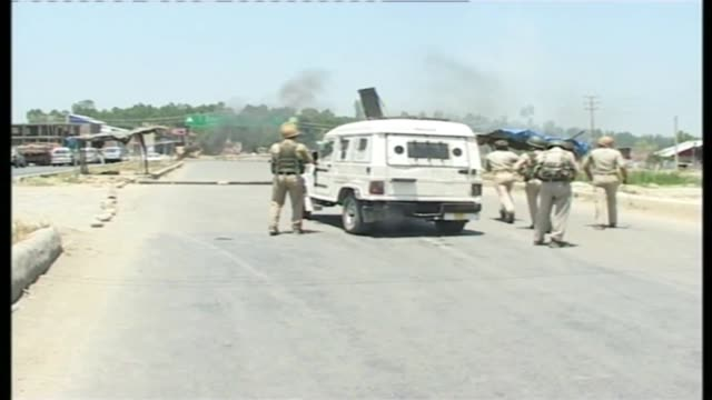 stockvideo's en b-roll-footage met several people were injured in indian police action on a protest demonstration erupted after an indian army vehicle hit and critically injured a... - indiase leger