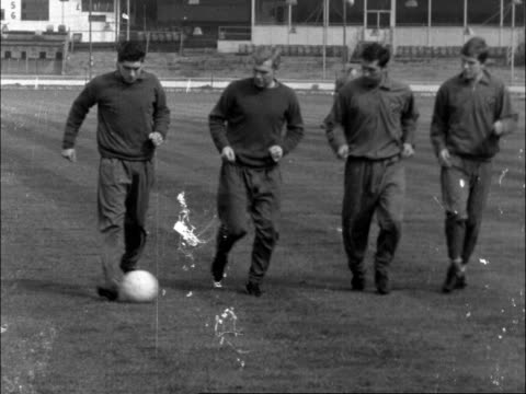vidéos et rushes de cs manager ron greenwood talks ms bobby moore and another listen ms play ms bobby moore kicks ball ms another kicks ms player runs another seen - donner un coup de pied