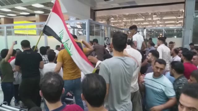 vídeos de stock e filmes b-roll de several protesters were injured as dozens forced their way into the waiting room of the airport serving the holy city of najaf despite a heavy police... - najaf