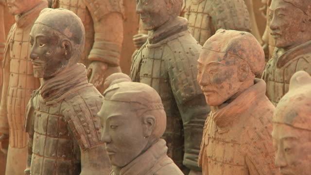 cu several terracotta warriors / xi'an, shanxi, china - krieger menschliche tätigkeit stock-videos und b-roll-filmmaterial