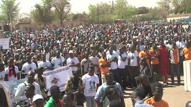 several thousand people took to the streets of the burkina faso capital ouagadougou on saturday to demand the dissolution of the feared presidential... - fordern stock-videos und b-roll-filmmaterial