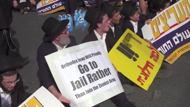 stockvideo's en b-roll-footage met several thousand ultra orthodox jews blocked a major intersection in central jerusalem on thursday to protest against efforts to force them to enlist... - orthodox jodendom