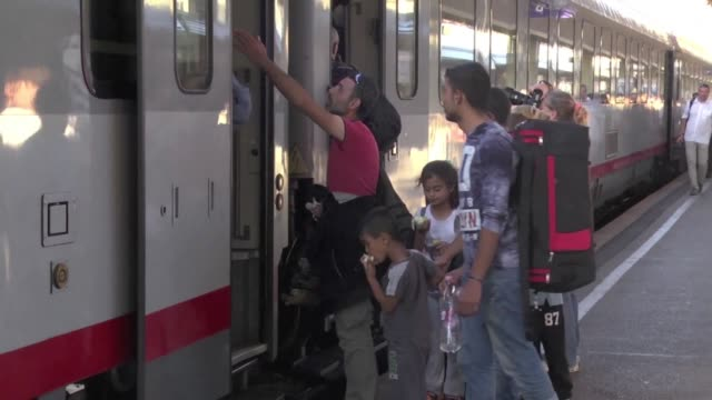 vídeos y material grabado en eventos de stock de several trains carrying hundreds of migrants arrived in vienna from budapest on monday evening police said after they had been stopped at the... - cultura austríaca