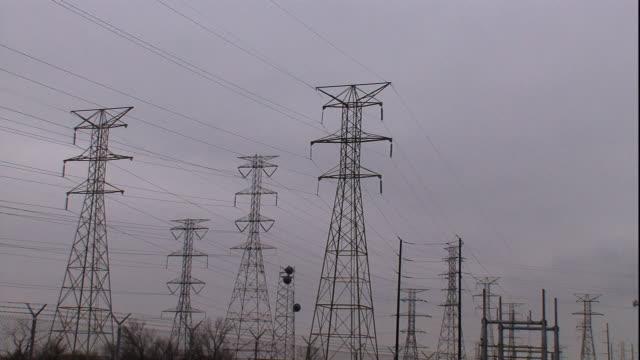vídeos y material grabado en eventos de stock de several transmission towers occupy a field. - transmisión