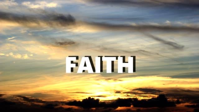 mehrere wörter hochscrollen auf leinwand wie sonnenuntergang im hintergrund stattfindet. - jesus christus stock-videos und b-roll-filmmaterial