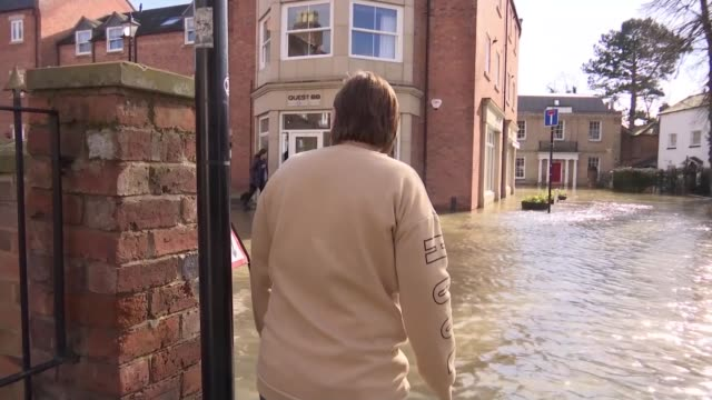 vidéos et rushes de severe flood warning remain in place for ironbridge and shrewsbury england shropshire shrewsbury ext various of people using buckets and pumps to... - pris au piège