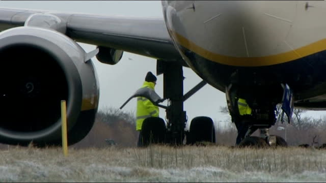 severe weather conditions cause transport accidents south ayrshire prestwick airport various of ryanair aircraft in field at edge of runway and... - ライアンエアー点の映像素材/bロール