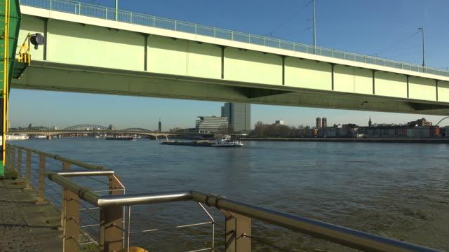 vídeos y material grabado en eventos de stock de severin bridge and rhine river, cologne, north rhine-westphalia, germany - barcaza embarcación industrial