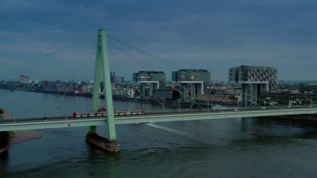 severinsbrücke at dusk - 路面軌道点の映像素材/bロール