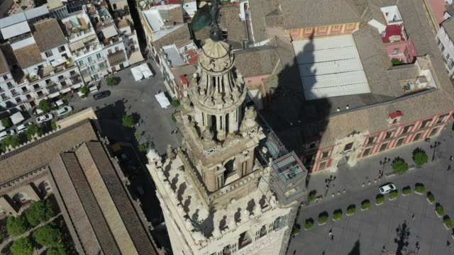 sevilla cathedral and nearby cityscape / seville, spain - kirchturmspitze stock-videos und b-roll-filmmaterial