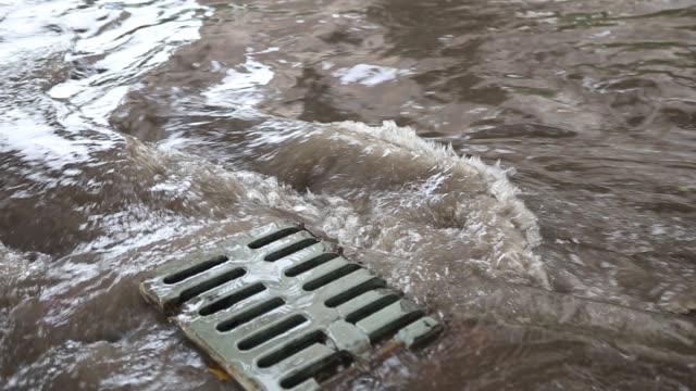 vidéos et rushes de égout bouché après de fortes pluies - bonde