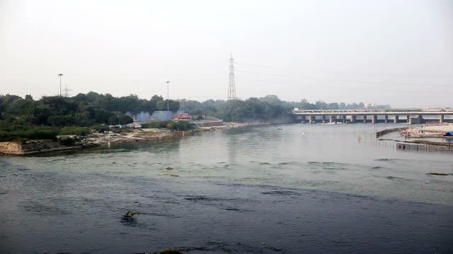 vídeos de stock, filmes e b-roll de esgoto mistura-se no rio yamuna, nova deli - drenagem