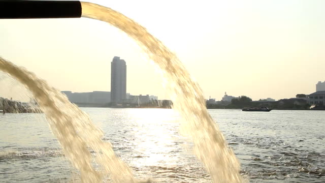 kanalisationsabflüsse - wasserverschmutzung stock-videos und b-roll-filmmaterial